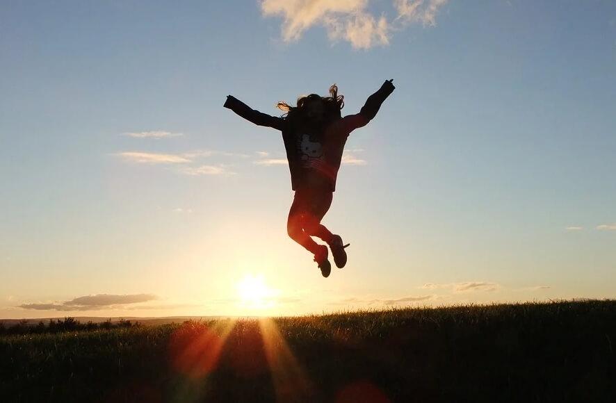 На фото девушка радуется жизни.