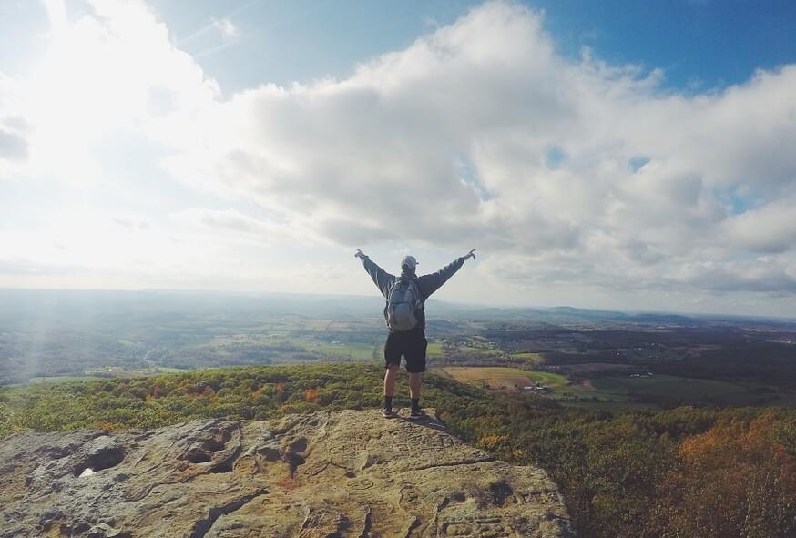 На фото человек, который добился своей цели - залез на гору.