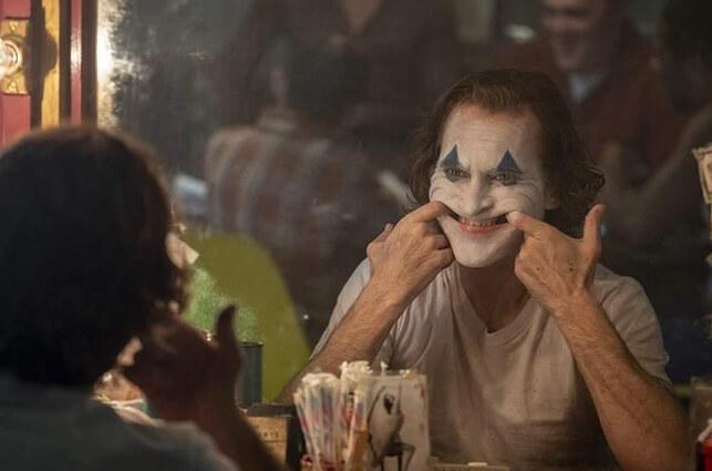 На фото улыбающийся Джокер.