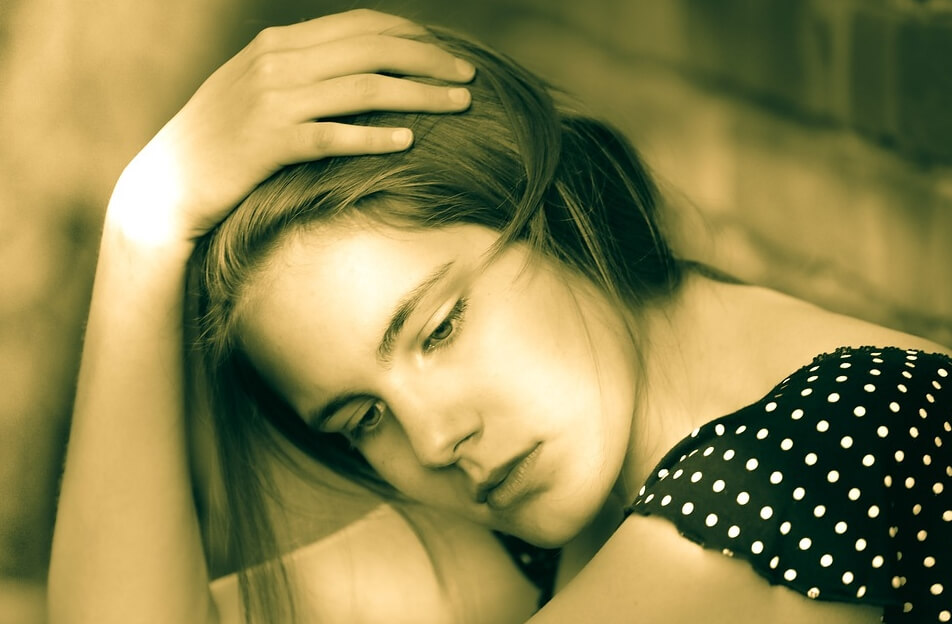На фото грустная девушка.
