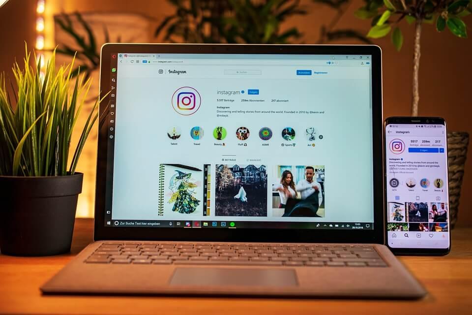 На фото изображена социальная сеть Инстаграм на ПК и смартфоне.