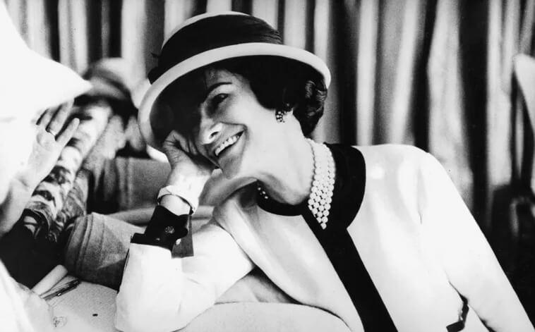 На фото Коко Шанель. Успешная женщина.