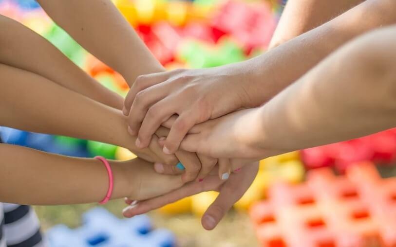 На фото дети-друзья, взявшиеся за руки.