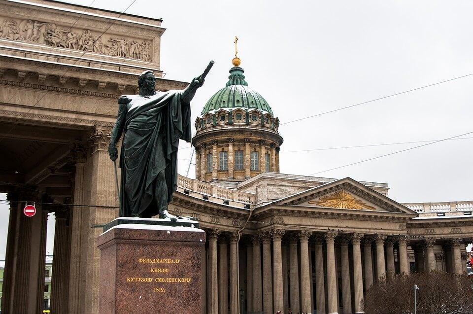 На фото изображен памятник Кутузову.