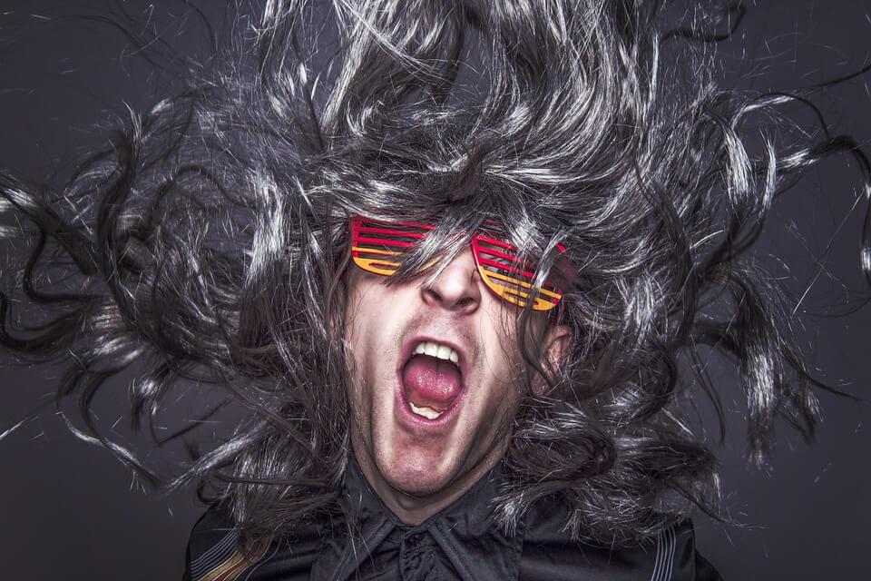 На фото изображен рок музыкант.