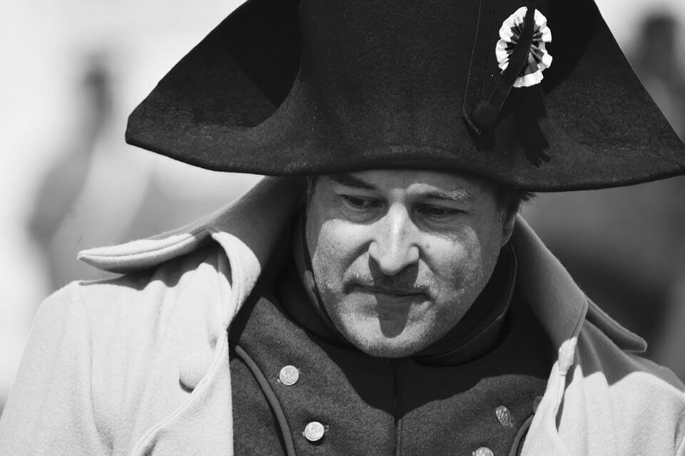 На фото изображен персонаж Наполеона Бонапарта.