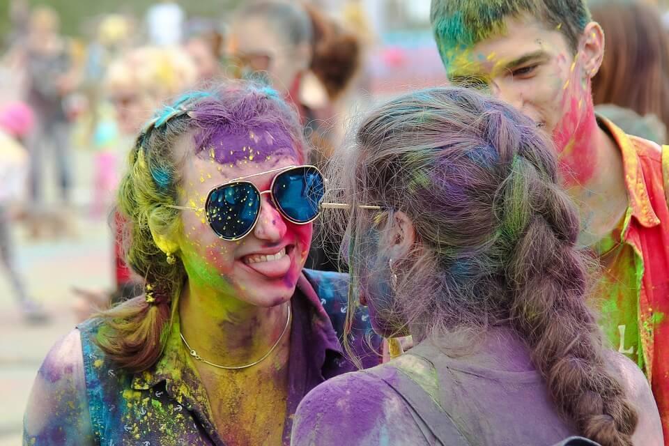 На фото изображены две девушки в краске.