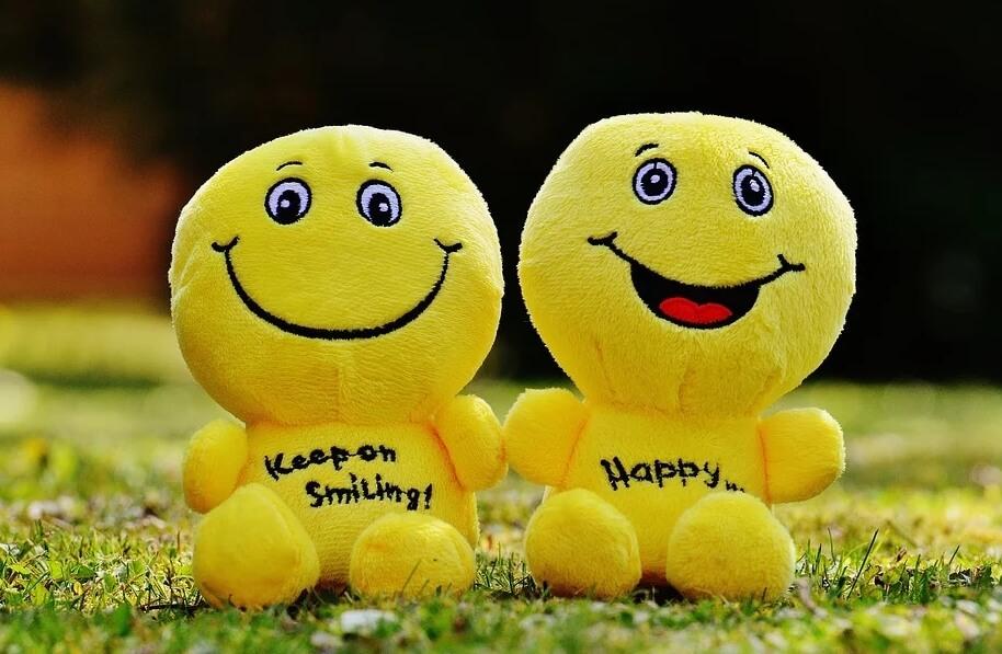 На изображении два улыбающихся смайлика.