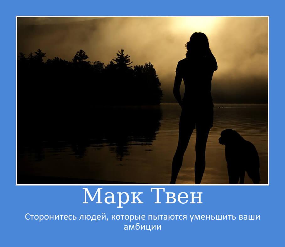 На фото изображена девушка с собакой на закате.