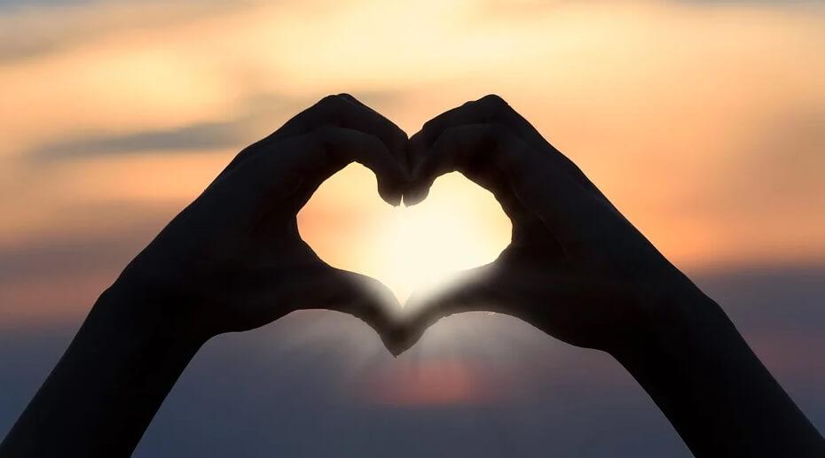На фото изображен закат и сердце.