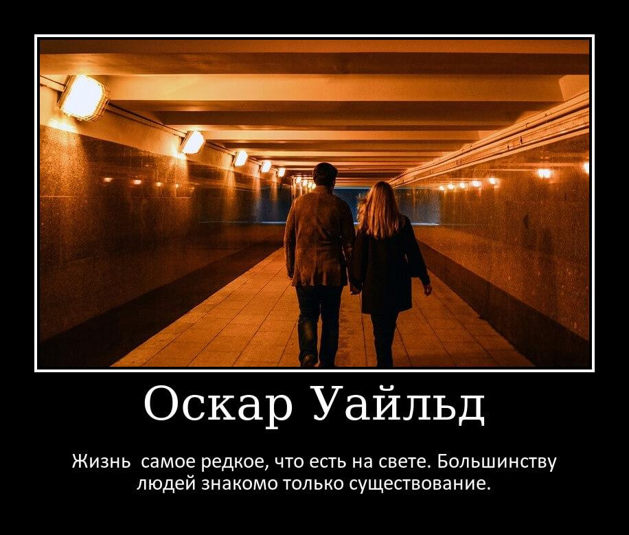 На фото изображена молодая пара, идущая в пустом метро.
