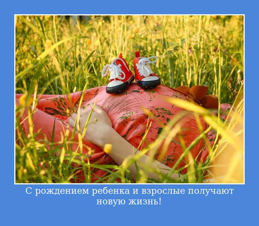Беременная девушка лежит в траве. Счастье!
