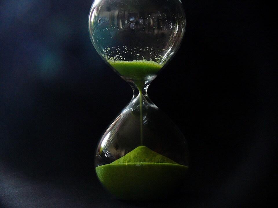 На фото изображены песочные часы.