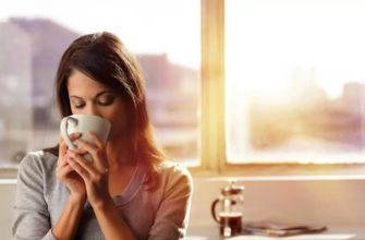 Ранее утро. Девушка пьет ароматное кофе.