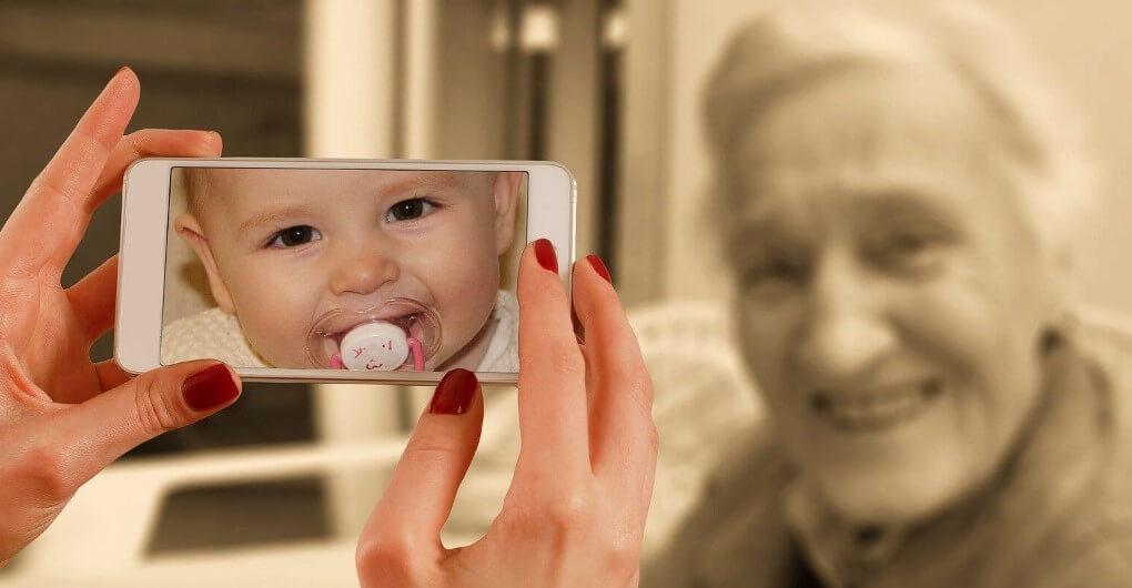 На фото пожилая женщина. Как быстро летит время.