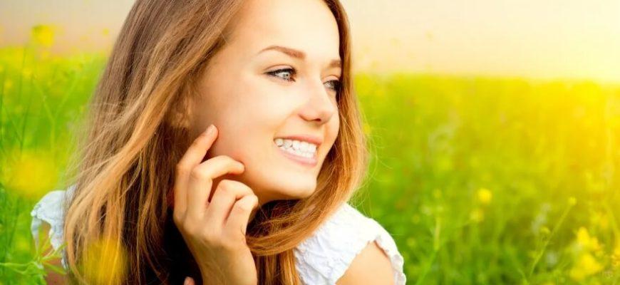 Счастливая девушка с красивой улыбкой.