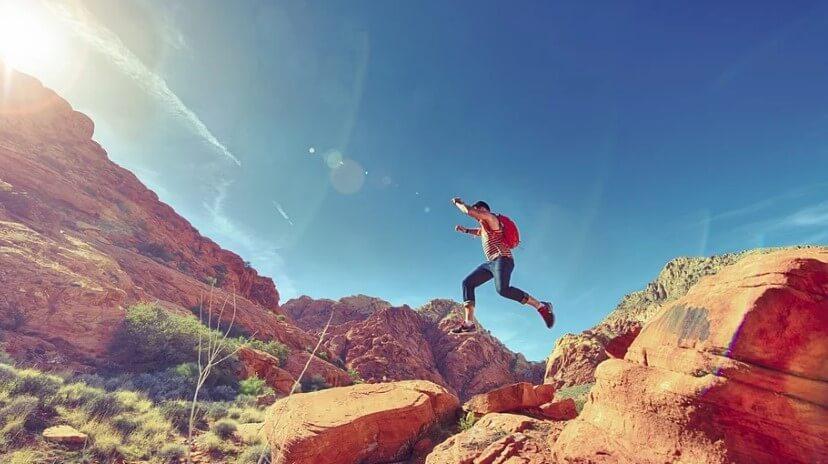 Спортсмен бежит в горах.