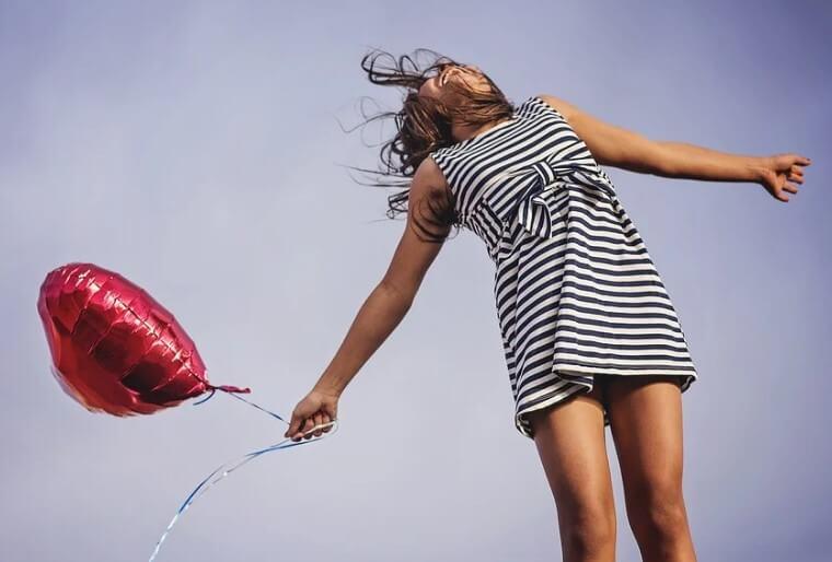 Счастливая девушка с шариком.
