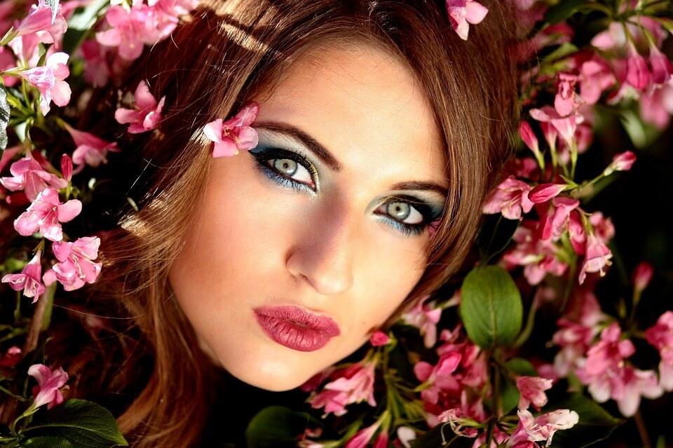 Девушка в окружении цветов.
