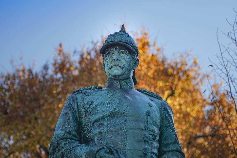 На фото изображен памятник Отто фон Бисмарку.