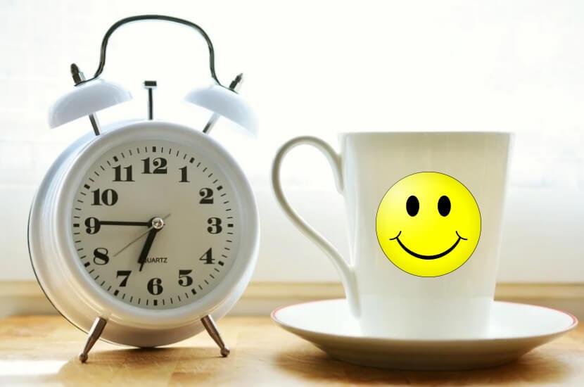 На фото часы и чашка со смайлом.
