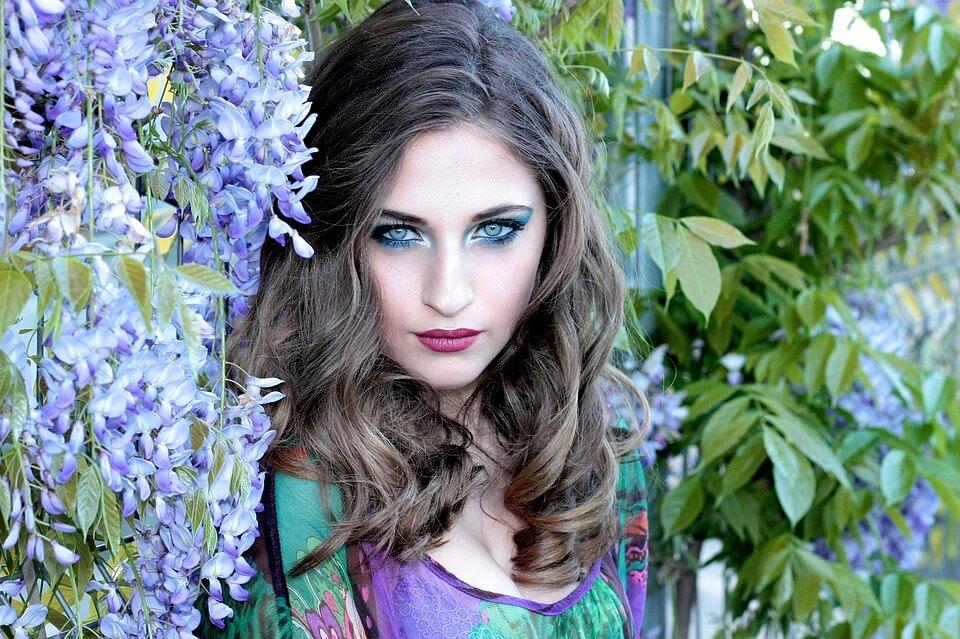 На фото изображена девушка в цветах.