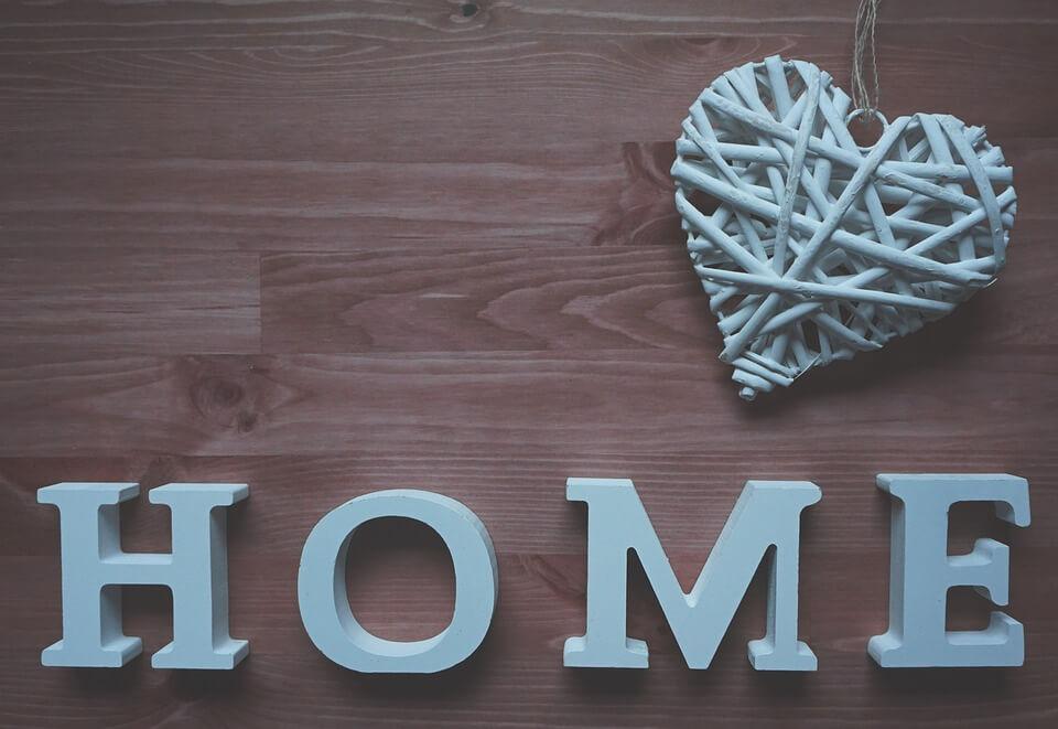 На фото изображено слово Home и сердце.