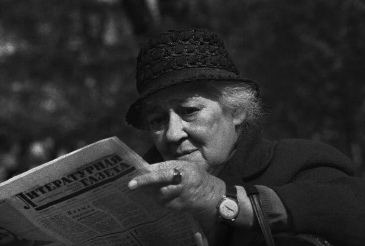 Фаина Раневская с газетой в руках.