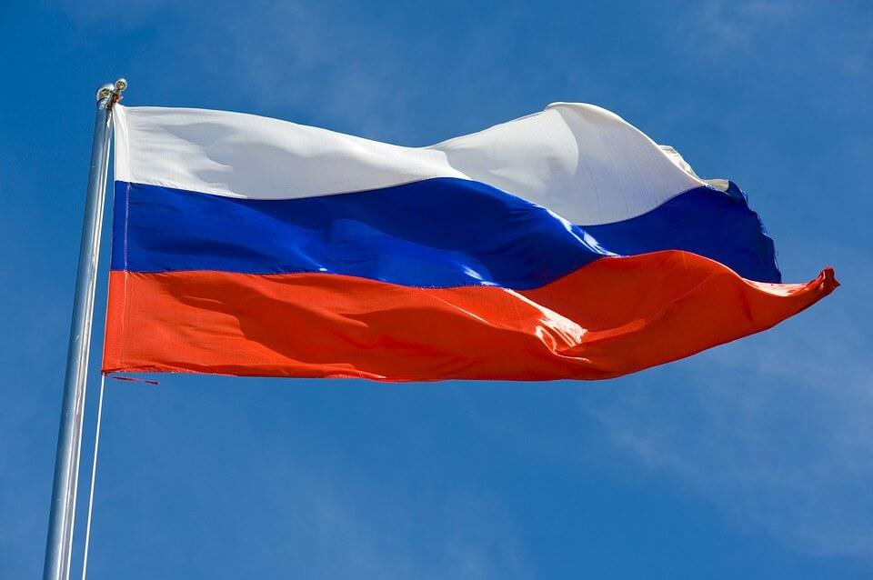 На фото изображен флаг России.