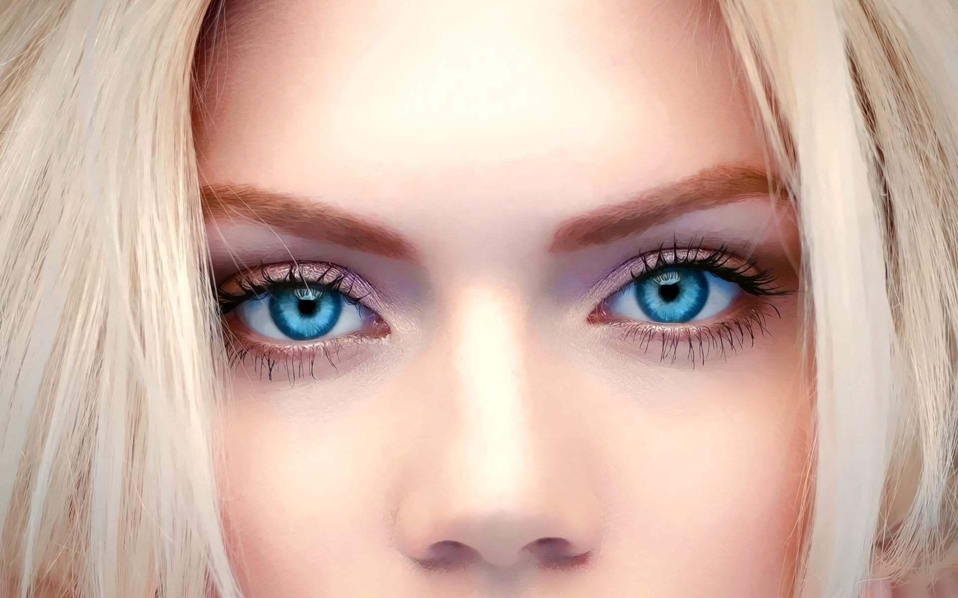 Блондинка с красивыми голубыми глазами.