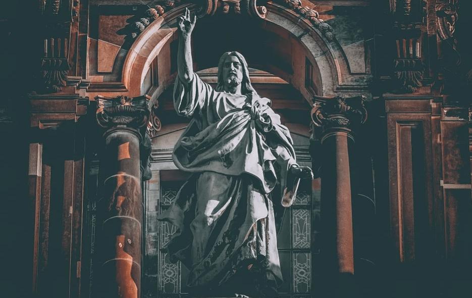На фото изображена статуя Иисуса Христа.