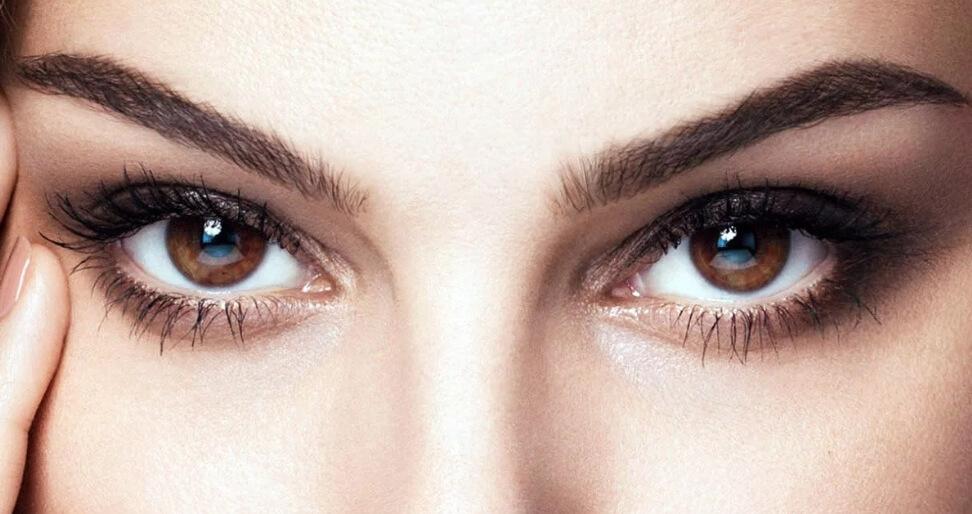 На фото изображены красивые карие глаза девушки.
