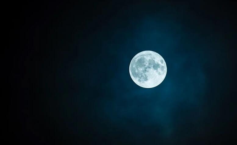 Красивая луна. Ночь.