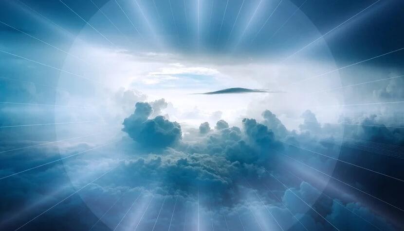 На фото изображено красивое небо в лучах.
