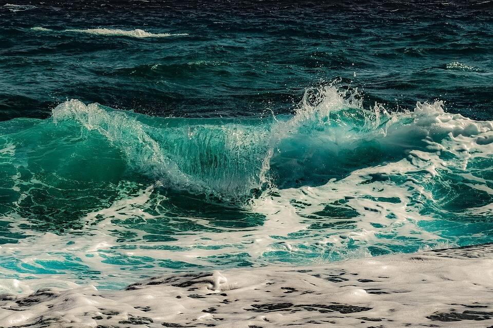 На фото изображены волны на море.