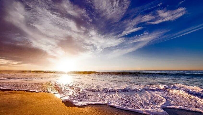 Красивый пейзаж: море, солнце, пляж.