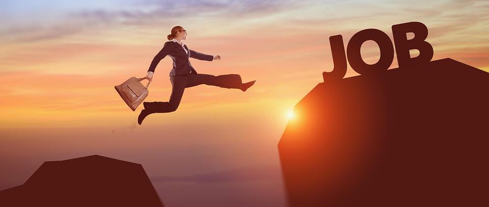 На фото изображена женщина, которая перепрыгивает через пропасть.