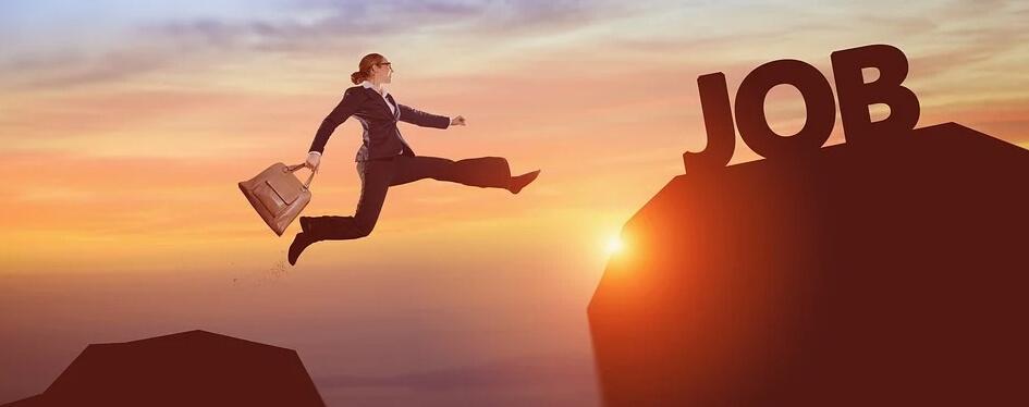 Девушка прыгает с портфелем на работу.