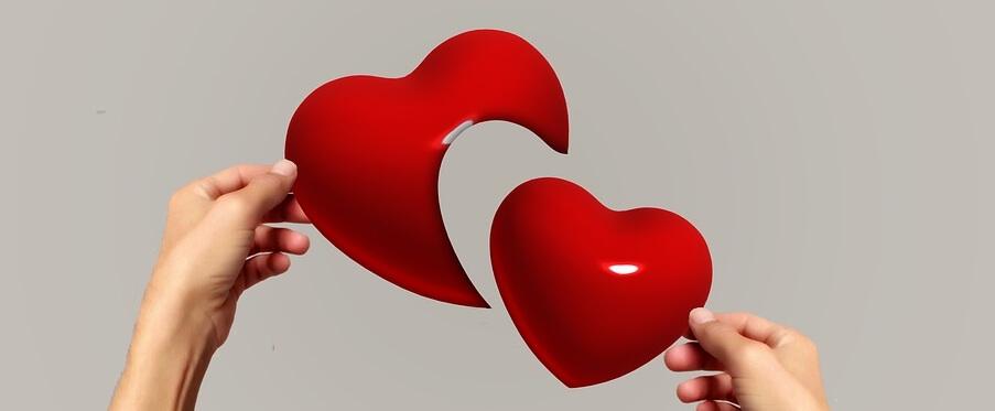 На фото изображено разбитое сердце.
