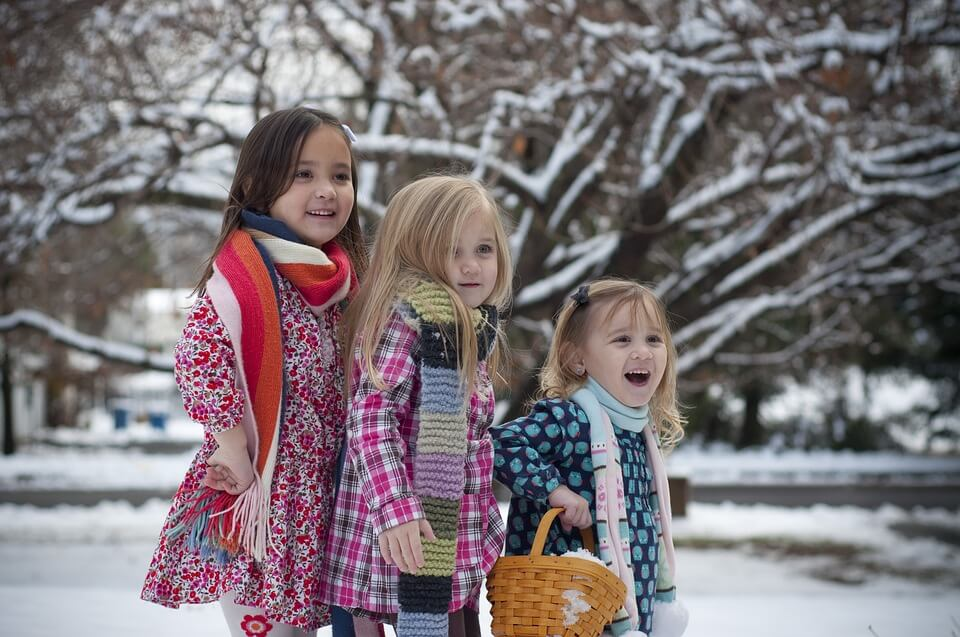 На фото изображены три девочки сестры.