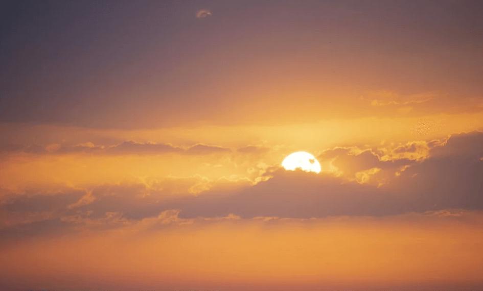 На фото изображен восход солнца.