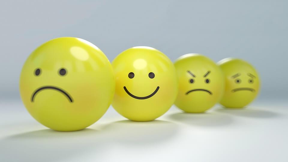 На фото изображены смайлы: грустный, веселый, сердитый и обиженный.