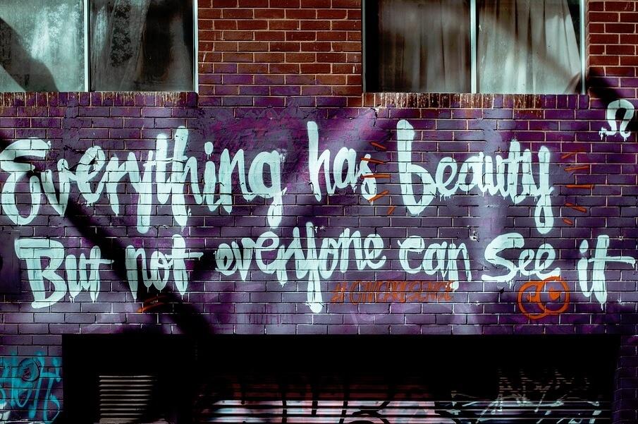 Красивая цитата на кирпичной стене.