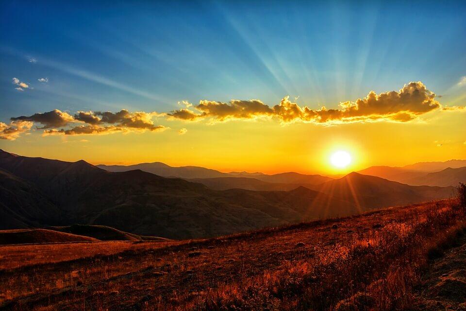На фото изображен закат солнца.