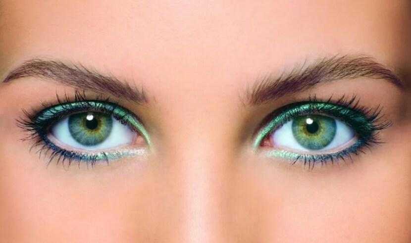 Красивые зеленые глаза девушки.