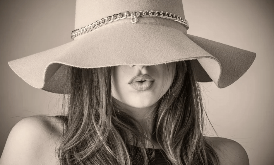 На фото изображена женщина в шляпе.