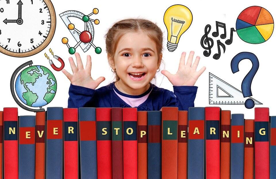 """На фото изображена девочка школьница и книги на которых написана фраза """" Никогда не переставай учиться""""."""