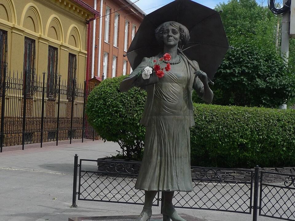 На фото изображен памятник Фаине Раневской в Таганроге.