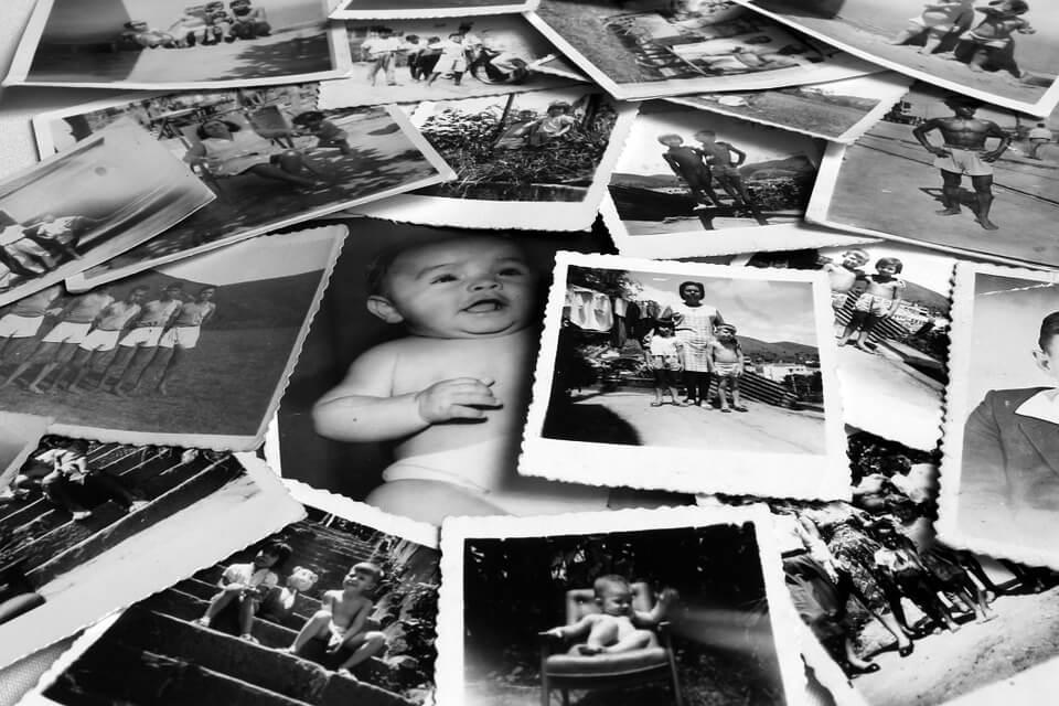 НА фото изображены черно-белые фотографии.