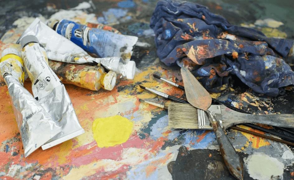 На фото изображены краски и кисти художника.